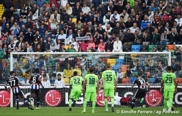 Thereau sbaglia il rigore contro il Cagliari. Fonte: www.facebook.com/UdineseCalcio1896