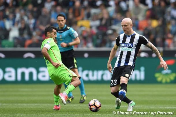 Hallfredsson smista un pallone durante il match col Cagliari. Fonte: www.facebook.com/UdineseCalcio1896
