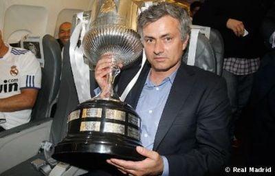 Jose Mourinho con la Copa del Rey obtenida en 2011. Foto: Real Madrid