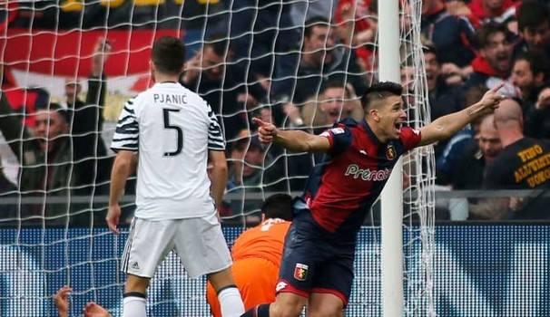 L'esultanza di Simeone, la freddezza di Pjanic: uno scatto che fa comprendere che giornata fu per le due compagini. Era un girone fa: il Genoa vinse per 3-1. | quotidiano.net