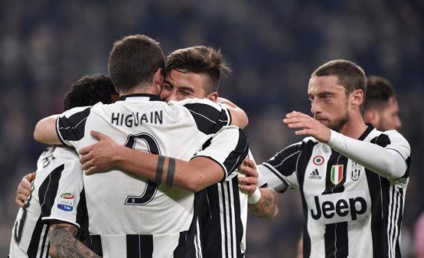 Da destra verso sinistra: Dybala, Cuadrado e Marchisio festeggiano Higuain dopo un suo gol. | ibtimes.com