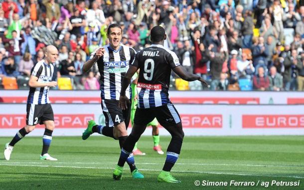 Angella festeggia il gol al Cagliari con Zapata. Fonte: www.facebook.com/UdineseCalcio1896