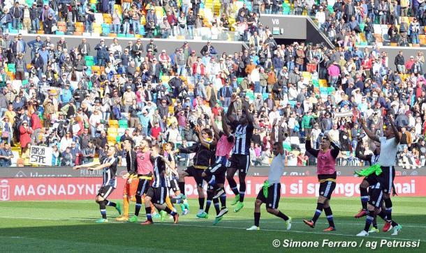 La squadra festeggia la vittoria. Fonte: www.facebook.com/UdineseCalcio1896