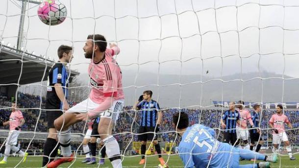 Barzagli sta per esultare dopo aver siglato il gol del momentaneo 0-1 nel match dell'anno scorso all'Atleti Azzurri d'Italia.   gazzettaobjects.it