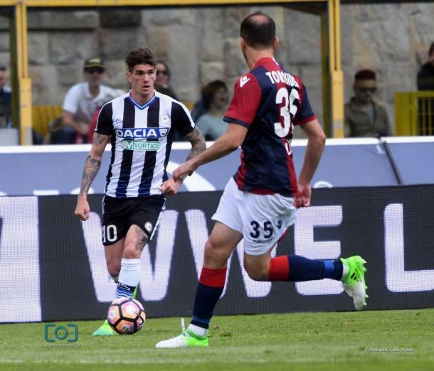 De Paul punta Torosidis. Fonte: www.facebook.com/UdineseCalcio1896