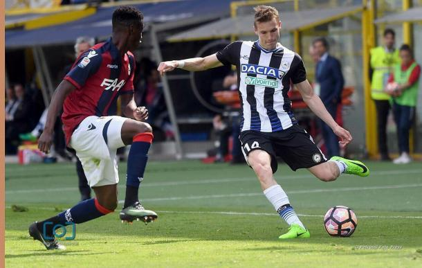 Jankto prova a giocare un pallone.  Fonte: www.facebook.com/UdineseCalcio1896