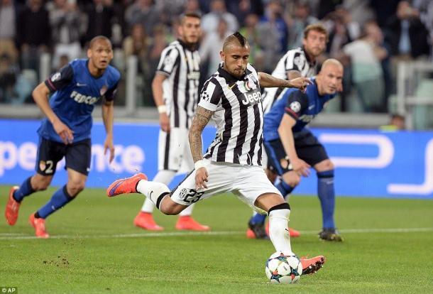 Il rigore di Vidal, che firma l'1-0. | dailymail.co.uk