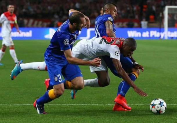 Il contatto incriminato fra Chiellini-Vidal e Kondogbia, che poteva costare caro alla Juventus. | gazzettaobjects.it