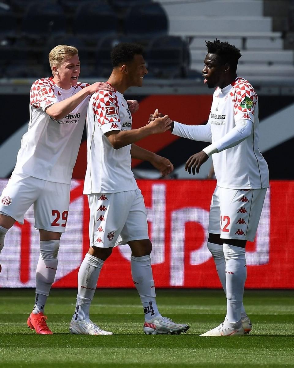 Karim Onisiwo celebrando el gol con sus compañeros / Foto: @bundesliga