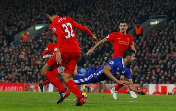 Il fallo da rigore di Matip su Diego Costa | The Guardian
