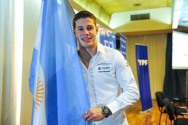 Regalia posando junto a la bandera Argentina. Foto: La Nación.