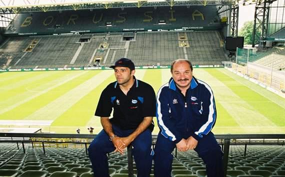 El capitán, Karmona, y el entrenador, José Manuel Esnal Mané, recordando la Final, en el estadio de Dortmund. Fuente: deportivoalaves.com
