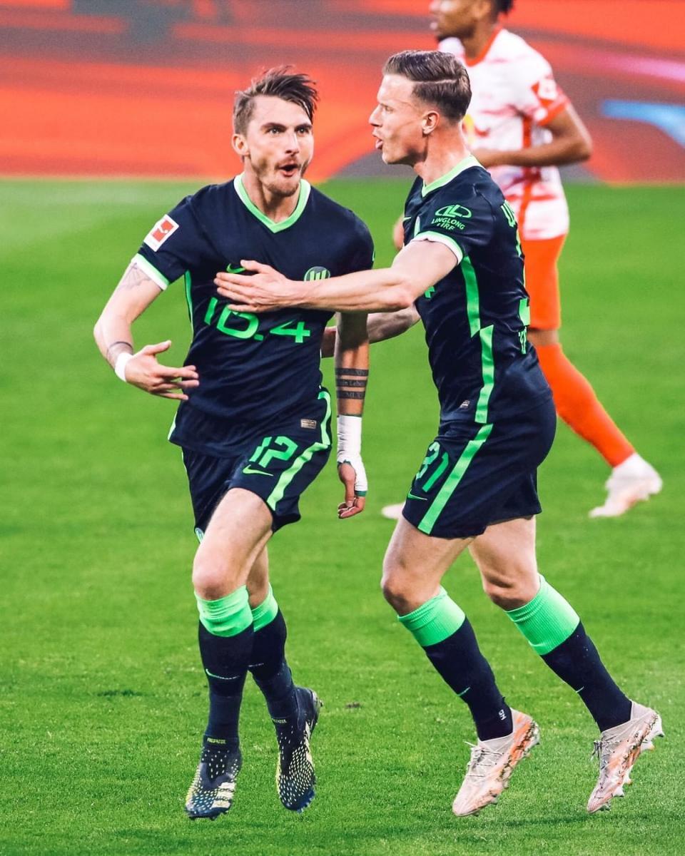 Maximilian Philipp celebrando su gol, junto a Yannick Gerhardt / Foto: @vfl.wolfsburg