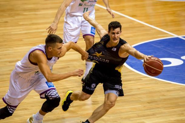 Nedovic y San Miguel pelean por un balón | Fotografía: ACB.