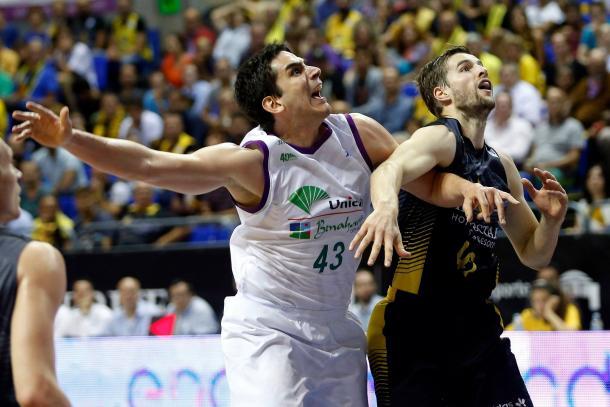 Suárez y Doornekamp pelean por un rebote | Fotografía: ACB.