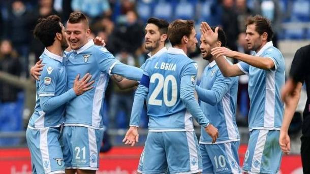 I biancocelesti festeggiano una delle due reti segnate alla Fiorentina. | google.it