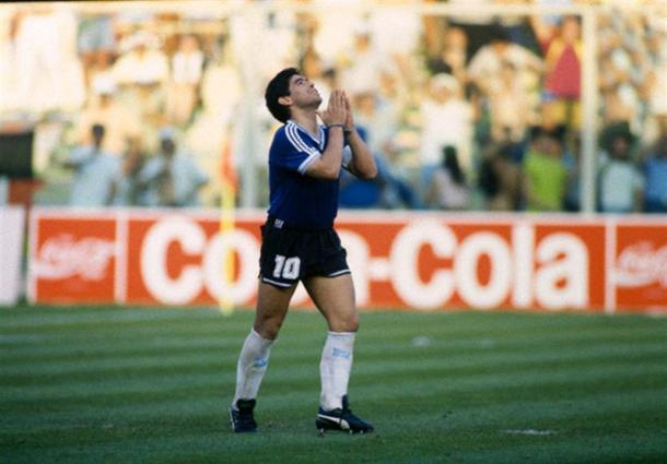 Maradona se lamenta tras fallar su penalti contra Yugoslavia. (Foto: FIFA.com)