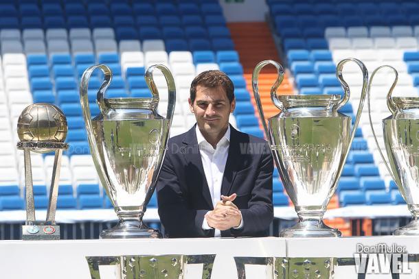 Iker Casillas en su despedida con varios trofeos | Foto: Dani Mullor (VAVEL España)