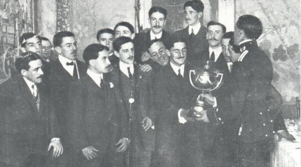 Los jugadores del Club Ciclista de San Sebastián con la Copa que les coronaba como campeones.