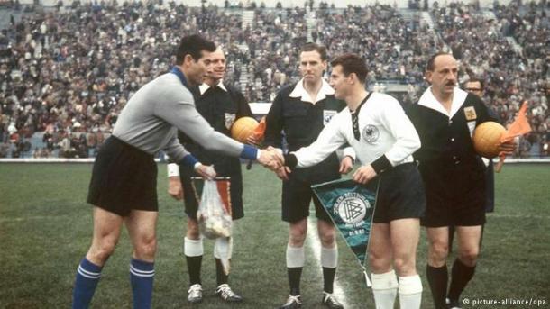 Pie de foto> Imagen del saludo inicial entre Lorenzo Buffon y Hans Schäfer. Italia y Alemania Occidental se enfrentaban en el primer partido de su historia.   Foto: DW