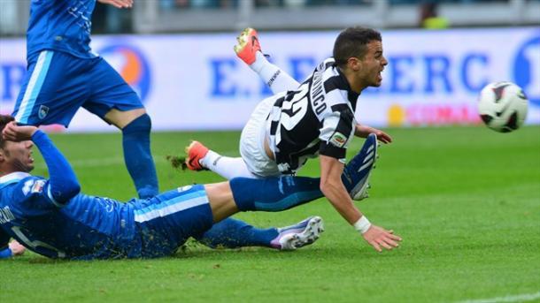Marco Capuano (Pescara) derribando a Sebastian Giovinco (Juventus) en un partido de Serie A | Fuente: @AFP/Getty Images