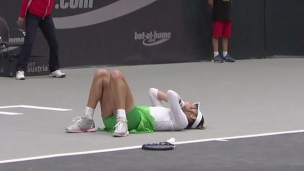 Garbiñe dolorida en la pista de Linz tras lesionarse. Fuente: Eurosport