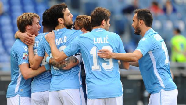 La Lazio si abbraccia dopo i gol all'Empoli. Fonte: Pegaso Newsport.
