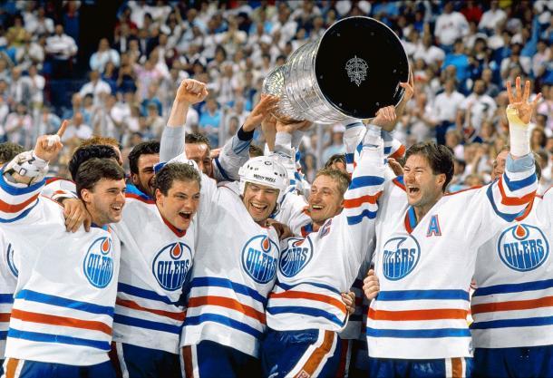 Edmonton con Gretzky en el medio celebrando una de sus Stanley Cups | SI.com