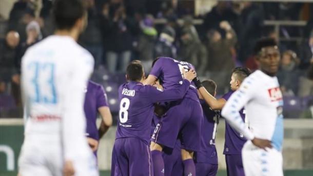 La gioia della squadra gigliata dopo il gol di Zarate che aveva momentaneamente portato in vantaggio la Viola. Fonte foto: it.eurosport.com