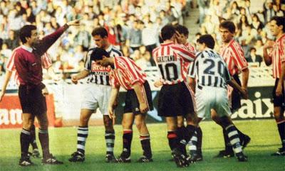 Imagen del derbi de la 1994-1995, una época de sonrisas donostiarras. Fotografía: Archivo Web Corazón Txuri-Urdin.