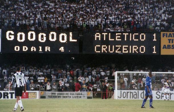 Placar do Mineirão informa: é gol do Cruzeiro (Foto: Osmar Ladeia/Especial à VAVEL Brasil)