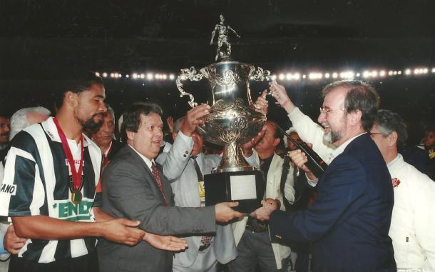 Capitão do Atlético recebe o troféu da Copa Centenário de BH (Foto: Osmar Ladeia/Especial à VAVEL Brasil)