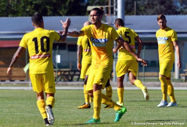 De Paul dà il cinque ad Angella dopo una rete. Fonte: www.facebook.com/UdineseCalcio1896
