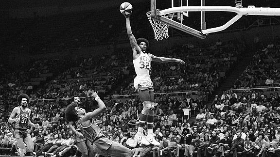 Julius Erving, machacando con los Nets | Foto: Black Time Travel