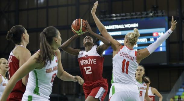 Turkey's Lara Sanders attempts to shoot over two Belarus defenders in the teams' preliminary round game in Rio/Photo: Carlos Osorio/AP