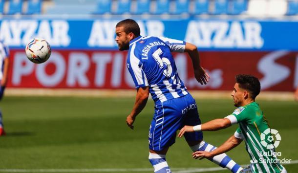 Álex Moreno disputando un balón con Víctor Laguardia | Fotografía: LaLiga