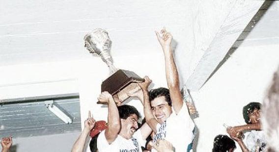 Plantel celebrando el primer título. Foto: Rayados