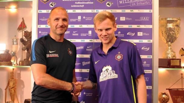 Sören Bertram with sporting director Steffen Ziffert | Photo: Bild/FC Erzgebirge Aue
