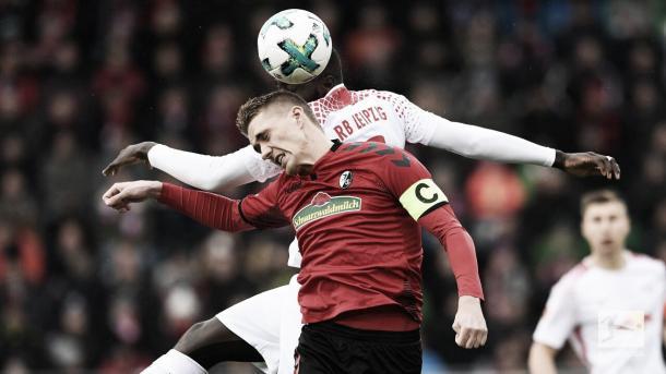 Nils Petersen luchando un balón aéreo | Foto: Twitter @Bundesliga_DE