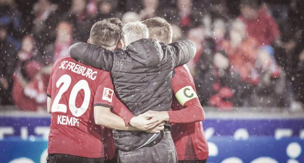 El Freiburg celebrando la victoria | Foto: Twitter @scfreiburg