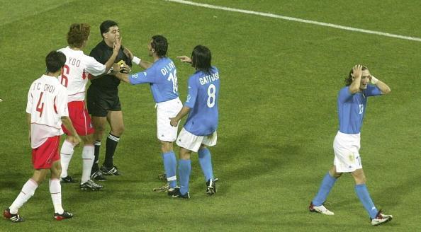 Italianos reclamam muito com o juiz na partida contra Coreia do Sul (Foto: Sandra Behne/Bongarts)