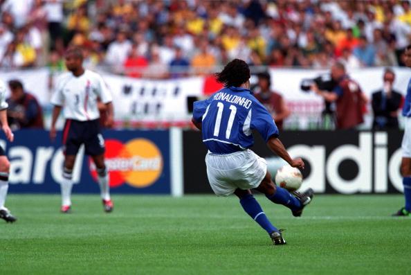 A histórica cobrança de falta de Ronaldinho Gaúcho (Foto: Bob Thomas/Bob Thomas Sport Photography)