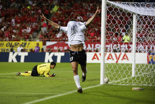 Ballack comemora o gol que colocaria a Alemanha na final (Foto: Brian Bahr/Getty Images)