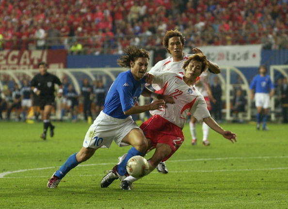 Contra a Coreia, Totti sofreu pênalti não marcado (Foto: Shaun Botterill/Getty Images)