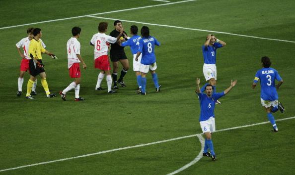 E ainda foi expulso, por suposta simulação, para desespero de todos os italianos (Foto: Gary M. Prior/Getty Images)