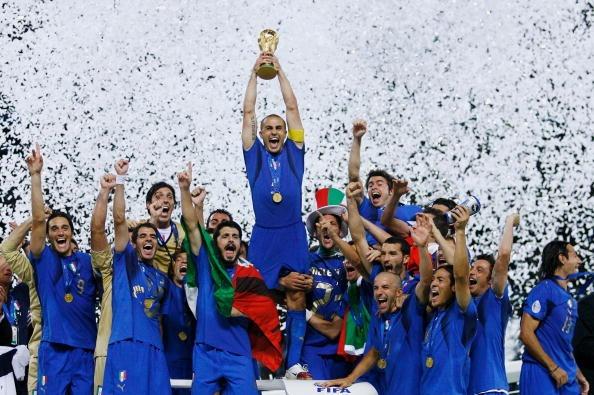 Cannavaro levanta o troféu da Copa do Mundo. Pura alegria (Foto: Shaun Botterill/Getty Images)