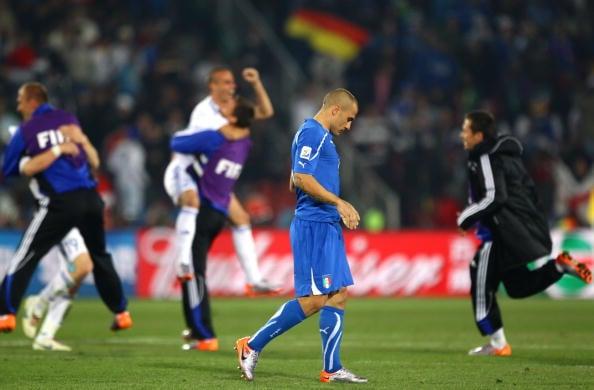 Quatro anos depois, pura tristeza após a derrota para a Eslováquia e eliminação da Copa de 2010 (Foto: Ezra Shaw/Getty Images)