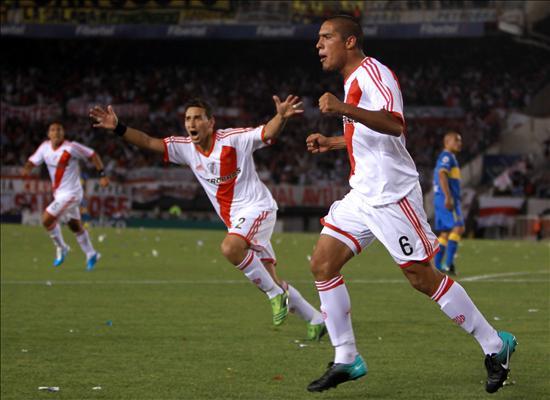 Jony festejando su gol a Boca en 2010 (Foto: Infobae).