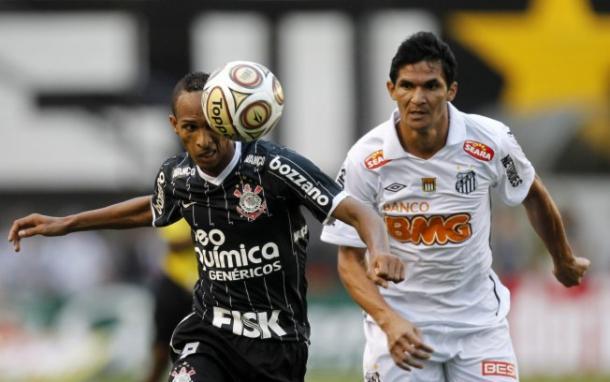 O atacante Liédson bem que tentou, porém o Santos foi campeão paulista em 2011. (Foto: Agência Corinthians / Reprodução)