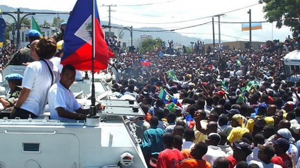 Ruas de Porto Príncipe lotadas para receber a Seleção (Foto: Arquivo CBF)